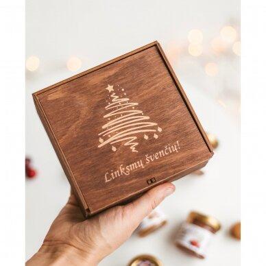 Kalėdinis medaus skanėstų rinkinys dovanų dėžutėje su eglute