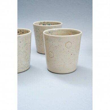 Keraminis puodelis su koriais