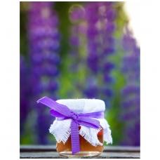Medutis, papuoštas drobe ir violetine juostele