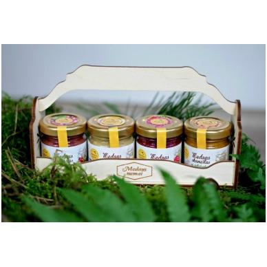 Medaus skanėstų rinkinukas mediniame krepšelyje