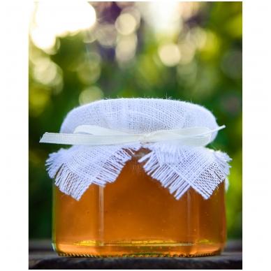 Medus, papuoštas balta drobe ir juostele