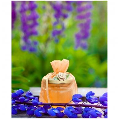 Medutis organzos maišelyje su rožyte (aukso sp.)